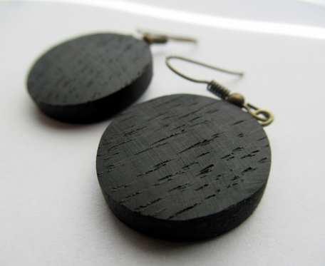 Drewniane kolczyki kółka czarny dąb małe