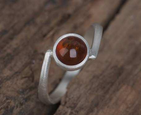 Srebrny pierścionek z okrągłym bursztynem