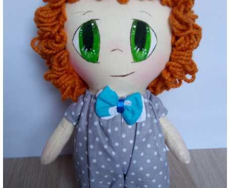 lalka chłopiec w szarym ubranku