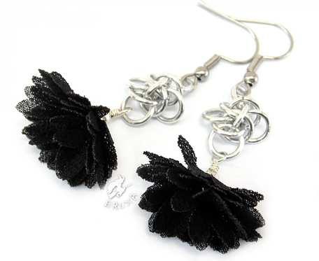 Czarne kolczyki chainmaille z kwiatkami