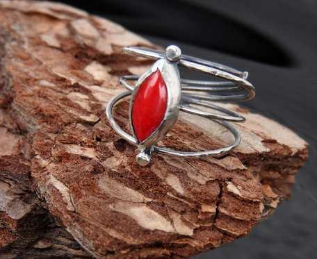 Pierścionek srebrny z koralem czerwonym