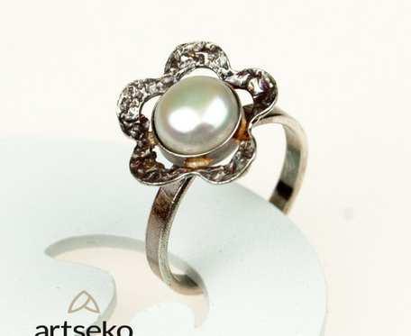Perłowy kwiatuszek- pierścionek srebrny a567