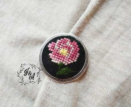 broszka z dziką różą
