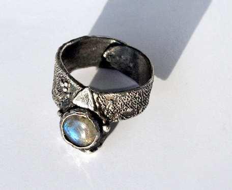 W wężowej skórze - pierścionek