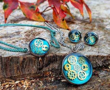 Komplet biżuterii z trybikami zatopionymi w żywicy