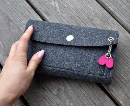 Filcowy portfel - grafitowy z różowym sercem