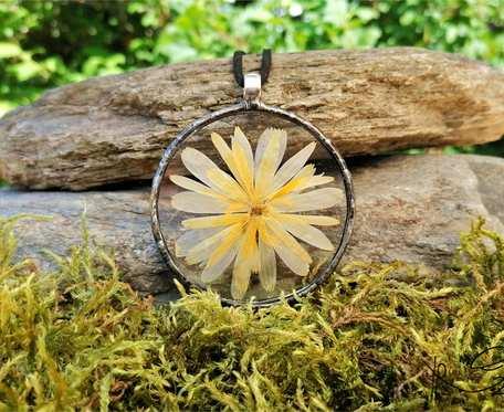 Szklany medalion koło z kwiatem nagietka