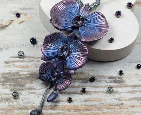 Długi wisior z kwiatami orchidei w odcieniach granatu, srebra i różu