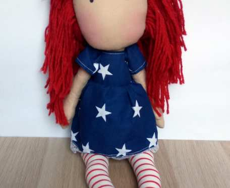 Lalka z czerwonymi włosami