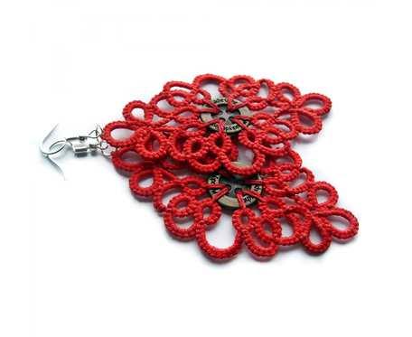 Czerwone frywolitki z guzikiem