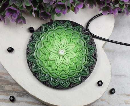 Wisiorek mandala w odcieniach zieleni
