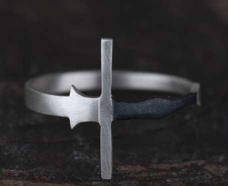 Srebry pierścionek miecz