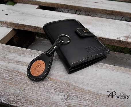 Duży portfel męski skórzany z breloczkiem, czarny z jasną nitką