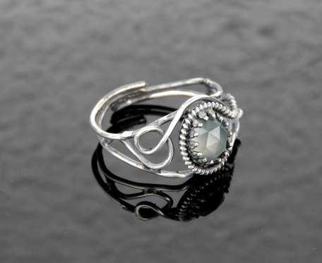 Pierścionek srebrny z popielatym agatem