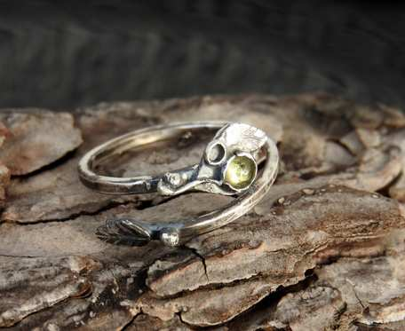 Pierścionek srebrny z oliwinem listek