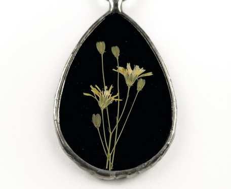Szklany medalion z kwiatami łoczygi (czarny)