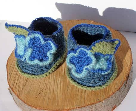 Buciki z niebieskimi kwiatuszkami - z włóczki