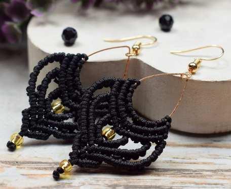 Długie, delikatne kolczyki boho w czerni i dodatkiem złota