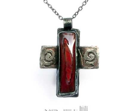 Krzyż z centralną czerwienią - wisior