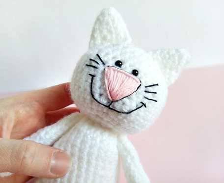 Biały kotek z uśmiechem