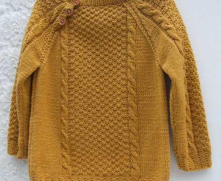 Miodowy sweterek, zapinany na 3 guziczki