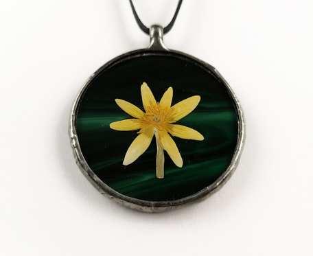 Szklany medalion z kwiatem ziarnopłonu (zielony)